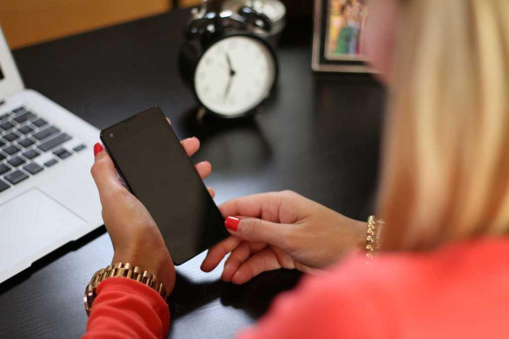Γονείς εξαρτημένοι από τα κινητά τηλέφωνα