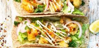Συνταγή για Τραγανές Πικάντικες Μπουκιές Λαχανικών σε Wrap με Δροσερή Σως Γιαουρτιού από τον Σεφ Κυριάκο Μελά
