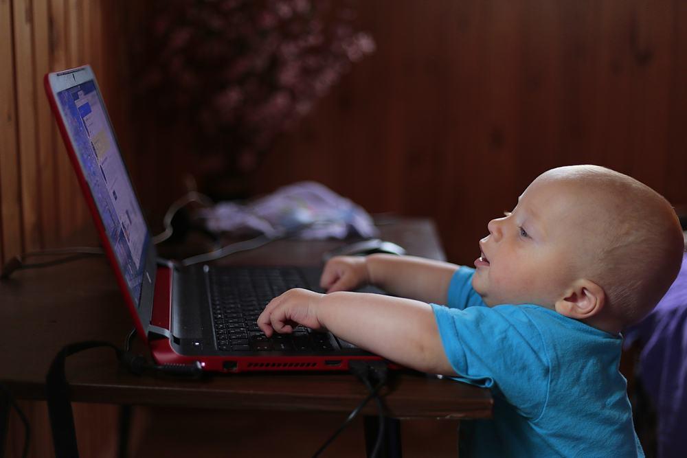 Λιγότερες οθόνες και περισσότερο παιχνίδι για τα παιδιά κάτω των 5 ετών - Συμβουλές του ΠΟΥ - ΟΗΕ