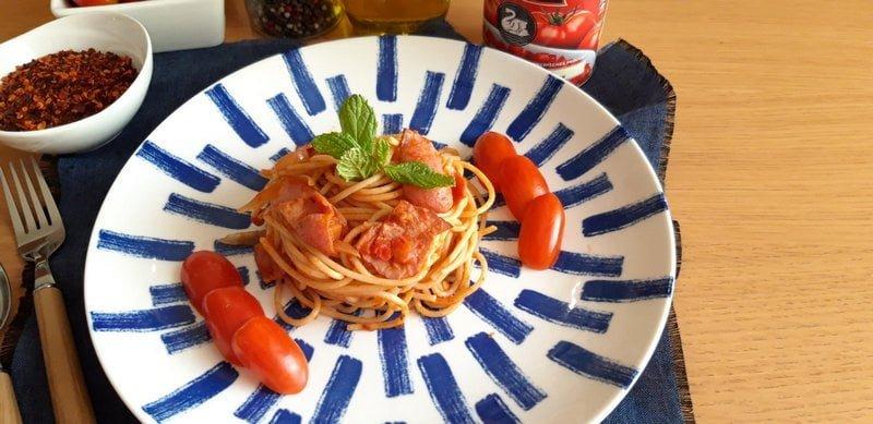 Σπαγγέτι Αματριτσιάνα με σάλτσα ντομάτας και μπέικον