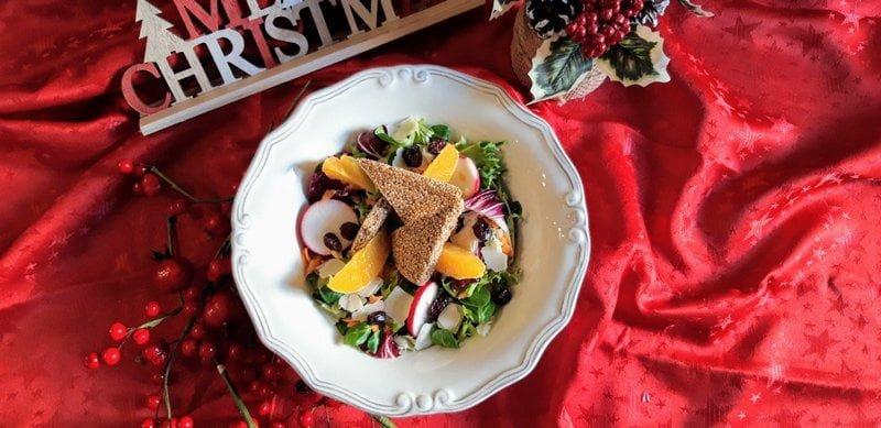 Χριστουγεννιάτικη πράσινη σαλάτα με πορτοκάλι, κράνμπερι και φλούδες παρμεζάνας