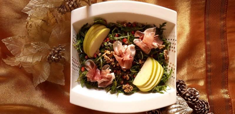 Γιορτινή σαλάτα με προσούτο, πράσινο μήλο και καρύδια