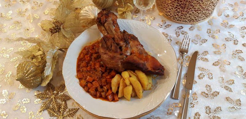 Χοιρινό κότσι μπρεζέ με γαλλικές πατάτες βουτύρου