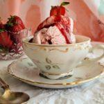 Παγωτό Φράουλα με σιρόπι φράουλα και πετιμέζι