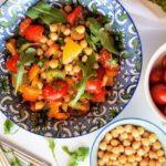 Σαλάτα με ρεβίθια και πολύχρωμες πιπεριές