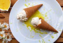 Παγωτό καρύδα με σάλτσα ανανά